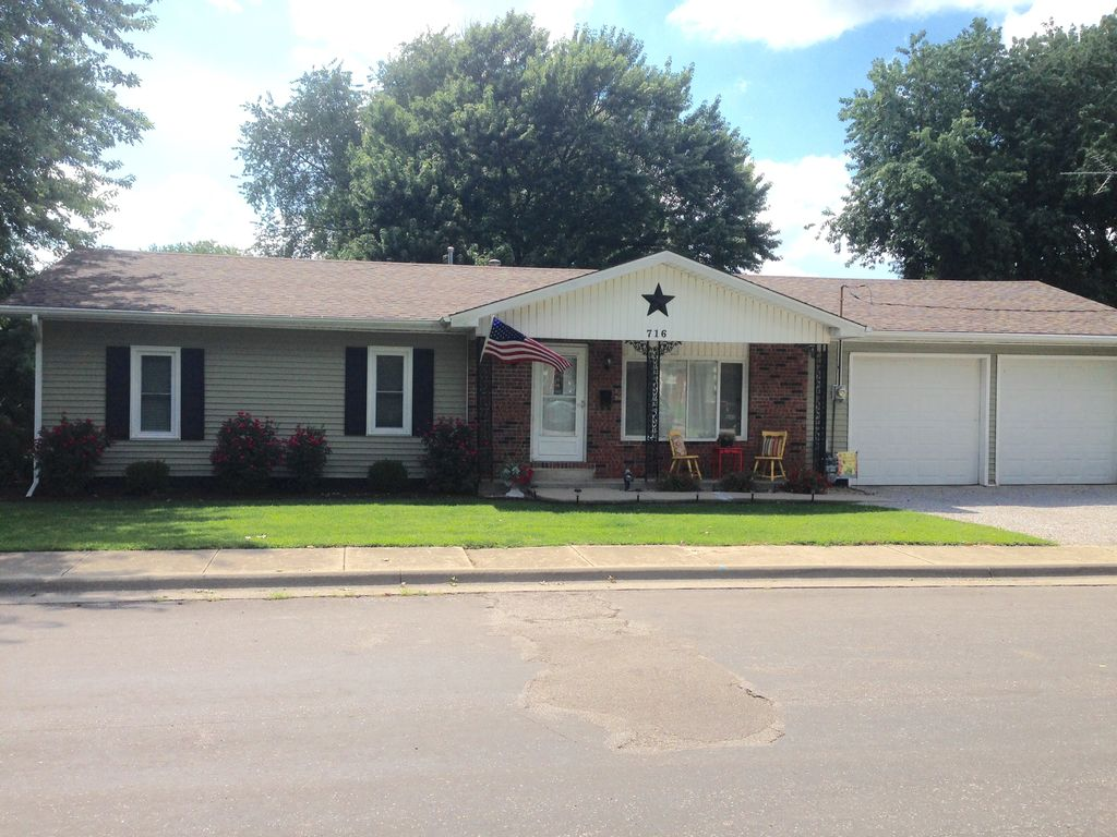 716 N Chiles St<br /> Carlinville, IL